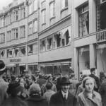 Passanten vor dem zerstörten Kaufhaus Uhlfelder im Rosental. © Stadtarchiv München