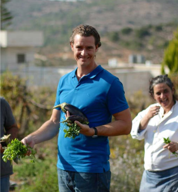 Tom Franz erntet frisches Gemüse, aus 'So isst Israel'© megaherz gmbh