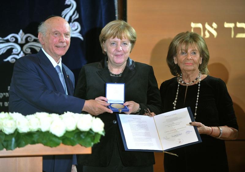 Verleihung der Ohel-Jakob-Medaille in Gold an Bundeskanzlerin Dr. Angela Merkel. Von links: Rabbiner Arthur Schneier, Bundeskanzlerin Dr. Angela Merke, IKG-Präsidentin Dr. h.c. Charlotte Knobloch. Foto Astrid Schudhuber