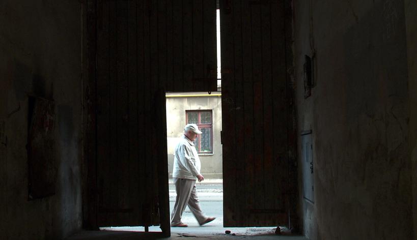 Natan Grossmann unterwegs im ehem. Ghetto Lodz © Marek Iwicki/ »Linie 41«