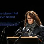 Setzte gemeinsam mit vielen anderen Münchnern ein beeindruckendes Zeichen der Erinnerung: Regisseurin Caroline Link © Marina Maisel