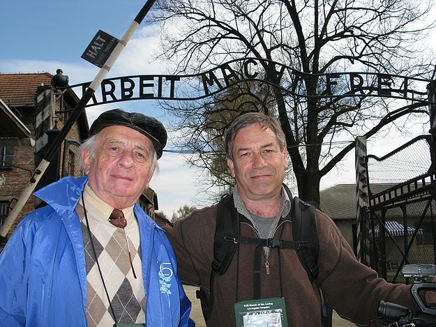 Vater und Sohn in der KZ-Gedenkstätte Auschwitz © Eli Adler / www.survivingskokiemovie.org