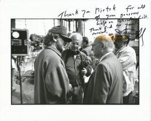Steven Spielberg & Mietek Pemper bei Dreharbeiten in Krakau
